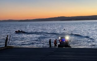 The Exmouth RNLI inshore lifeboat speeds to the scene. Image: James Searle/Exmouth RNLI